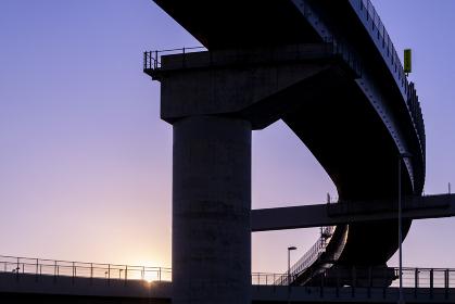 夕暮れの高速道路の高架 立体交差 シルエット