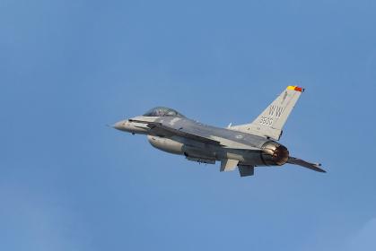 アクロバット飛行をするアメリカ空軍のF-16戦闘機(築城基地/福岡)