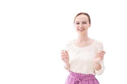 大喜びをする笑顔の若い女性