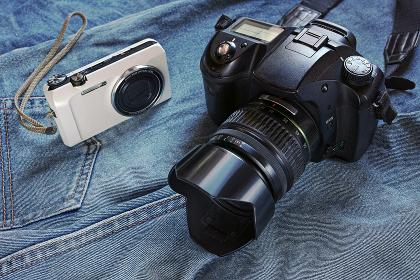 ジーンズの上に置いたカメラ
