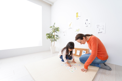 ネイティブと英語を勉強する子供