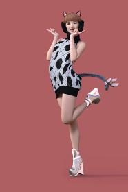 猫耳としっぽを付けた笑顔の女の子がバックレスのニットワンピースを着てピースサインをしている