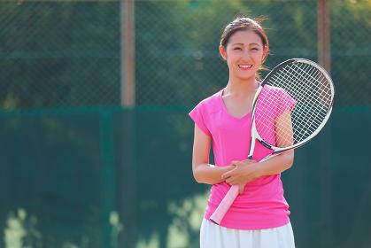 テニスコートの若い女性