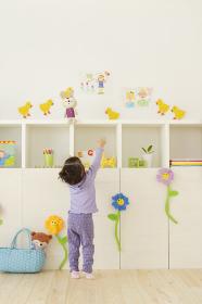 カラフルな子供部屋で遊ぶハーフの子供