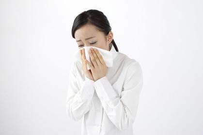 鼻を咬む女性