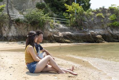海辺でデートを楽しむカップル