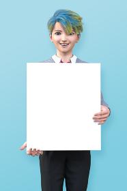 青バックの前で、ホワイトボードを持って笑顔で立つ若い男子高校生