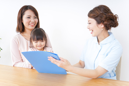 検診を受ける親子