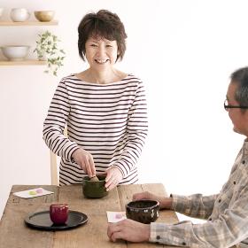 茶道を楽しむシニア夫婦