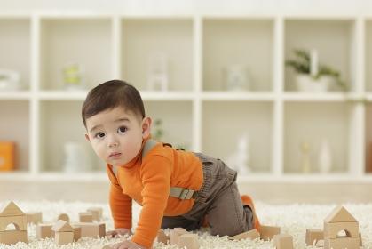リビングにて積み木で遊ぶ赤ちゃん