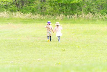 野外で遊ぶ2人の子供 子供 2人の子供