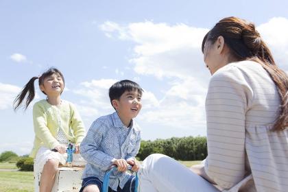 シーソーで遊ぶ日本人親子