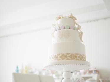 マカロンでコーディネートされた作り物のウェディングケーキ