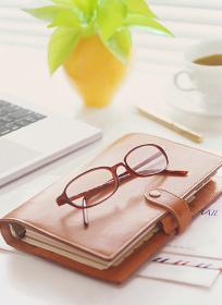 手帳とメガネとパソコン