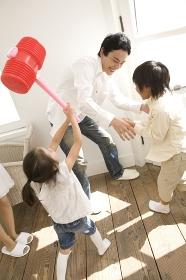 父親と遊ぶ子供2人
