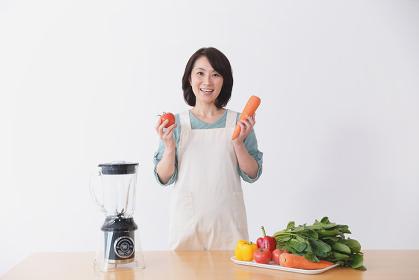 野菜ドリンクを作る40代日本人女性