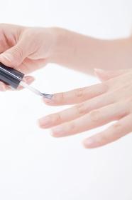 ネイルを塗る女性の手元