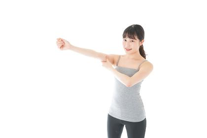 筋肉を鍛える若い女性