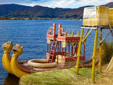 ペルー・チチカカ湖にて浮島を繋ぐ交通手段の葦小船バルサ
