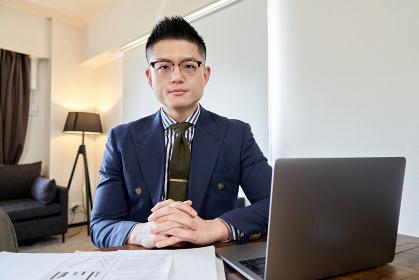 リモート会議をするアジア人男性ビジネスマン