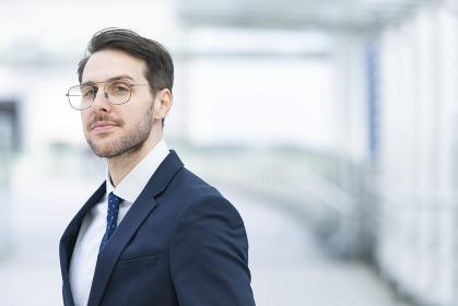笑顔を見せる眼鏡をかけたビジネスマン