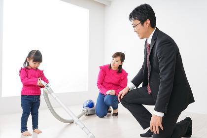 仕事に行くお父さんと母娘