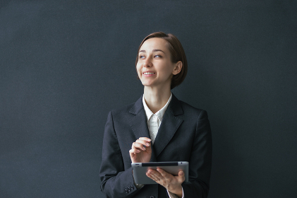 タブレットPCを使用する女性