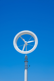 青空と風力発電機 羽根 エコロジー