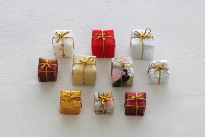 白い背景に置いた小さなカラフルな箱のクリスマスプレゼント