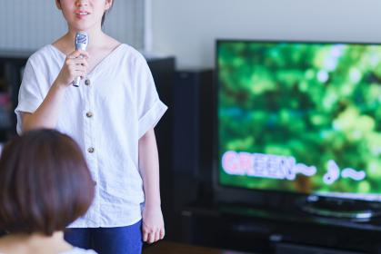 家庭用ゲーム機のアプリで「おうちカラオケ」を家族(親子)で楽しむシーン