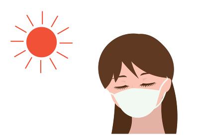 マスクをして日なたを歩く女の人