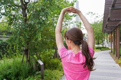 野外でトレーニングする女性