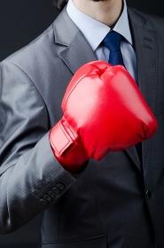 ボクシンググローブを付けたビジネスマンの手元