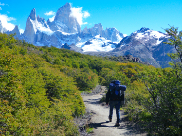 アルゼンチン・パタゴニア地方にてフィッツロイ山へのトレッキング中の男性登山者の後ろ姿