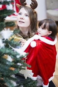 クリスマスのコスチュームを着る親子