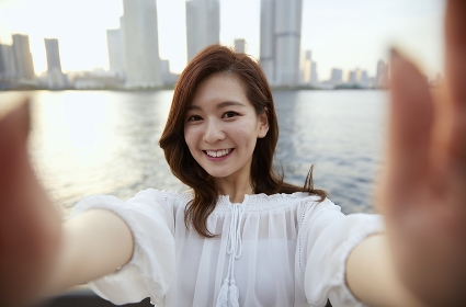 カメラに近づく笑顔の日本人女性のポートレート