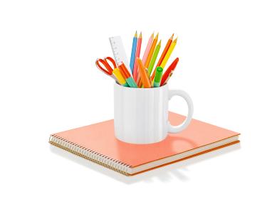 カップの色鉛筆とスケッチブック