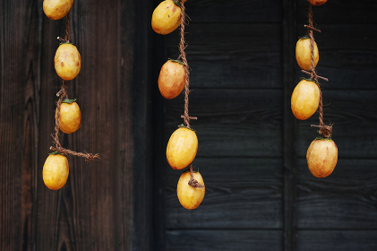 軒先に吊るした干し柿