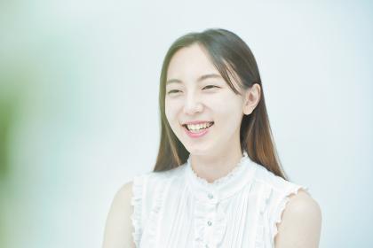リラックスした笑顔を見せる若い女性