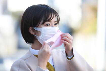 マスクを重ねて着ける女性