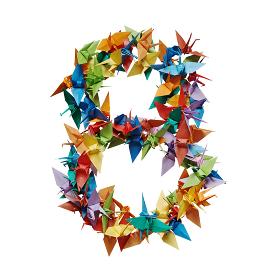 白バックに折り紙の鶴で作った数字の8