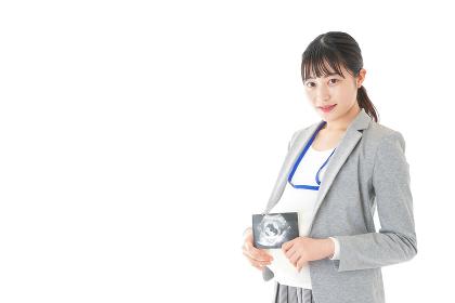 エコー画像を持つ妊娠中のビジネスウーマン