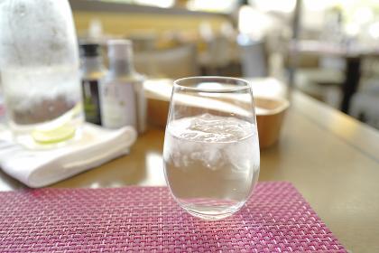 テーブルの上に置かれたコップ