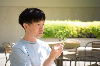 植物を手にする男性