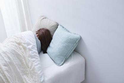 ベットで寝ている日本人女性