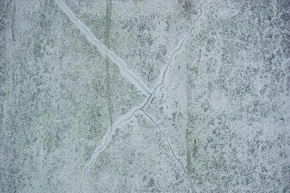 罅が入ったコンクリートの壁の表面