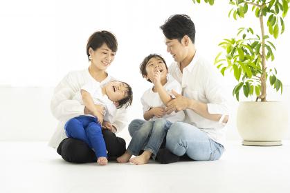 明るい室内でくつろぐ家族