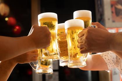 居酒屋でビールで乾杯をするイメ居酒屋でビールで乾杯をするイメージージ