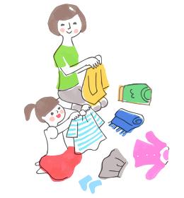 洗濯物をたたむ親子