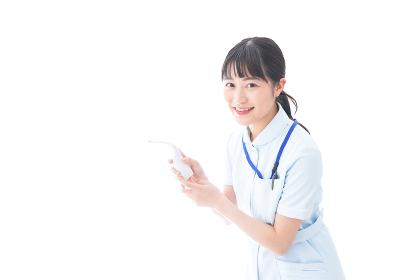 体温測定をする若い看護師
